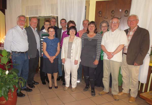 Die beiden Bürgermeister Bernard Dabreteau und Rainer Barth mit den Gästen aus Frankreich und den Mitgliedern des Arbeitskreises Partnerschaft bei dem Empfang durch die Gemeinde